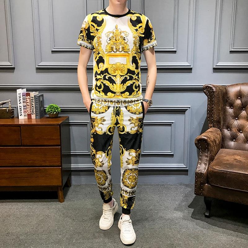 Marca de lujo Retro estampado Casual trajes de hombres 2 uds camiseta Sweatpants verano hombres ropa deportiva club nocturno Fiesta Social establece hombres ropa