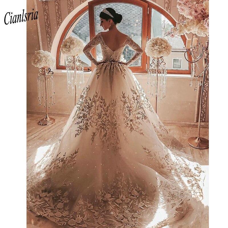 فستان زفاف فاخر عاري الكتفين على شكل حرف V من الخلف بأكمام طويلة مزين بالدانتيل من دبي فساتين زفاف عربية