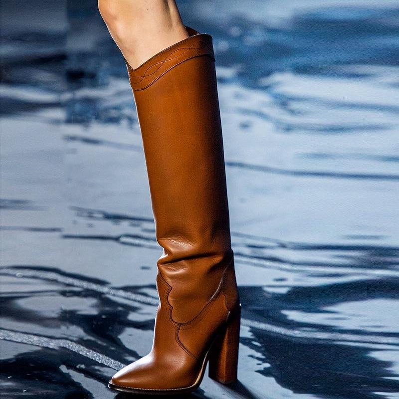 Nuevas llegadas botas de cuero rodilla alta Woden tacones gruesos deslizamiento en Punta puntiaguda moda mujer zapatos vestido de fiesta de la pasarela botas de costura