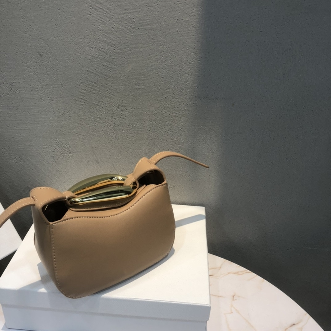 Spring/summer 2021 new leather handbag fashion metal wrist small round bag cowhide handbag shoulder diagonal bag