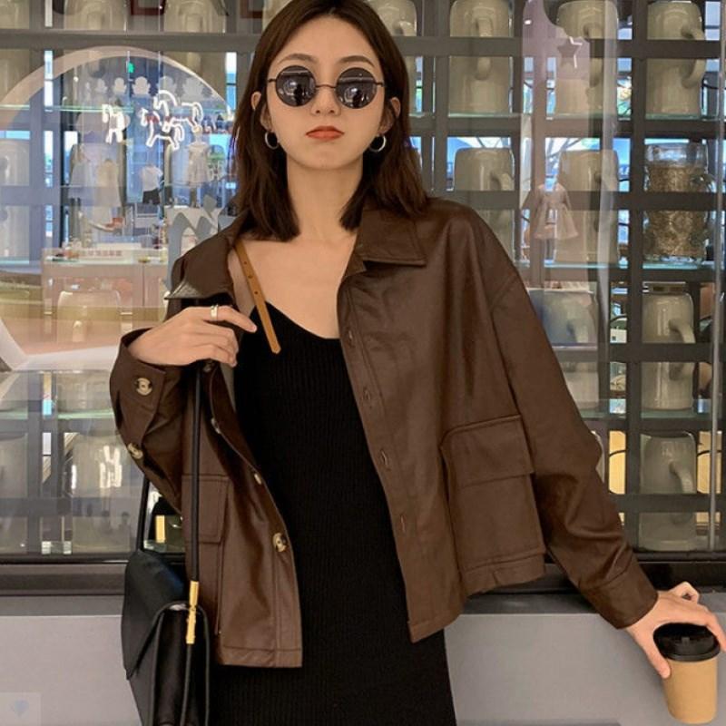 2021 جديد الخريف معطف جلد صغير المرأة معطف قصير المرأة براون فضفاض بولي PU سترة جلدية هونغ كونغ نمط الاتجاه الأعلى