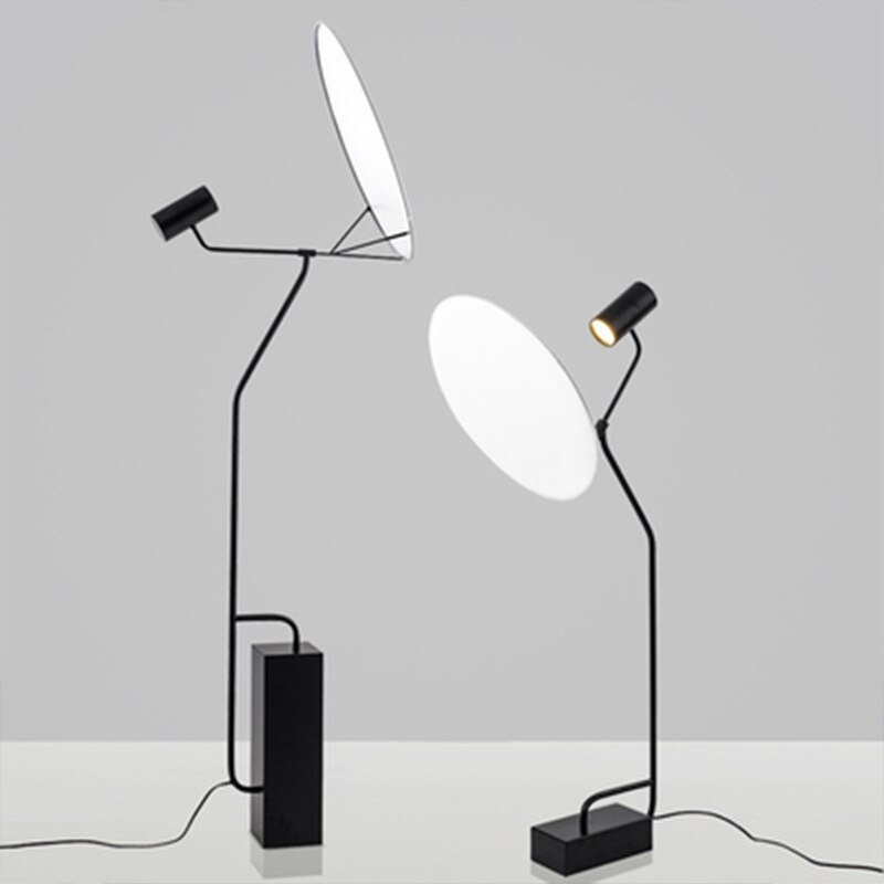 Pós-moderna contratada modelo de moda entre lâmpada de assoalho lâmpada de assoalho lâmpada de projeção radar clube