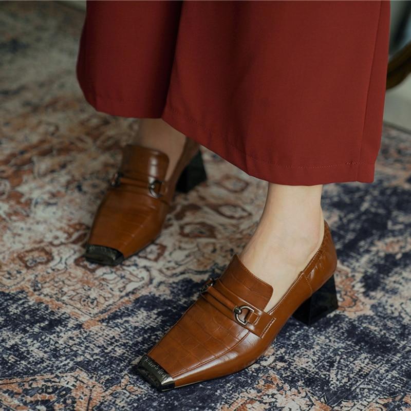 Feminino genuíno lether elástico deslizamento-em bombas de salto alto grosso dedo do pé quadrado fivela de metal ol estilo moda salto alto sapatos de alta qualidade
