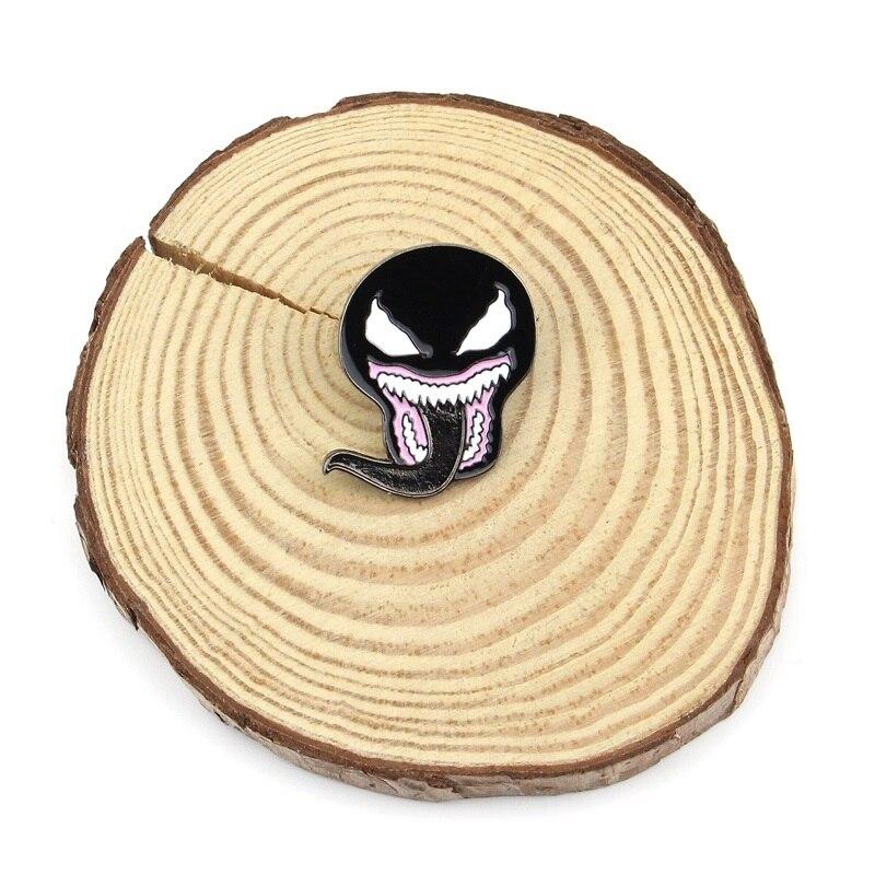Vintage veneno de hombre araña esmalte Pin negro simbionte máscara con lengua Metal broche para solapa película espeluznante Horror Sci Fi Venom joyería