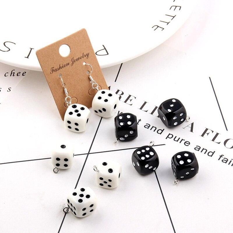 10 pçs funny black white dice resina encantos 3d personalidade artesanato brinco cubo pingentes jóias que faz o material 15*15mm yz551