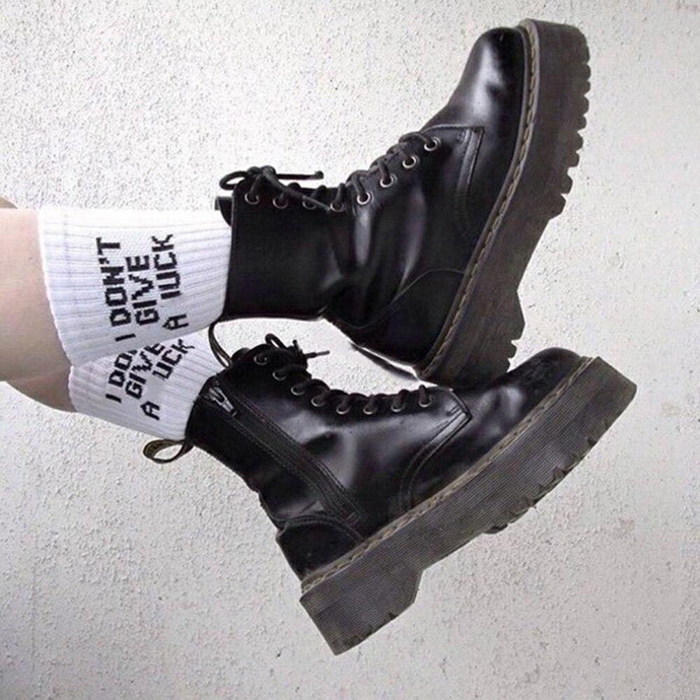 Medias de patinaje callejero con letras divertidas de Corea, medias de patinaje de estilo Hip-hop para mujer, calcetines cortos de algodón informales en blanco y negro de alta calidad para invierno