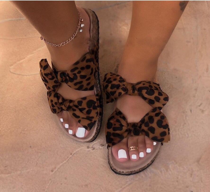 Sandalias de verano 2020 para mujer, zapatillas con nudo de mariposa, zapatillas exteriores con estampado de leopardo, bonitas zapatillas planas para mujer