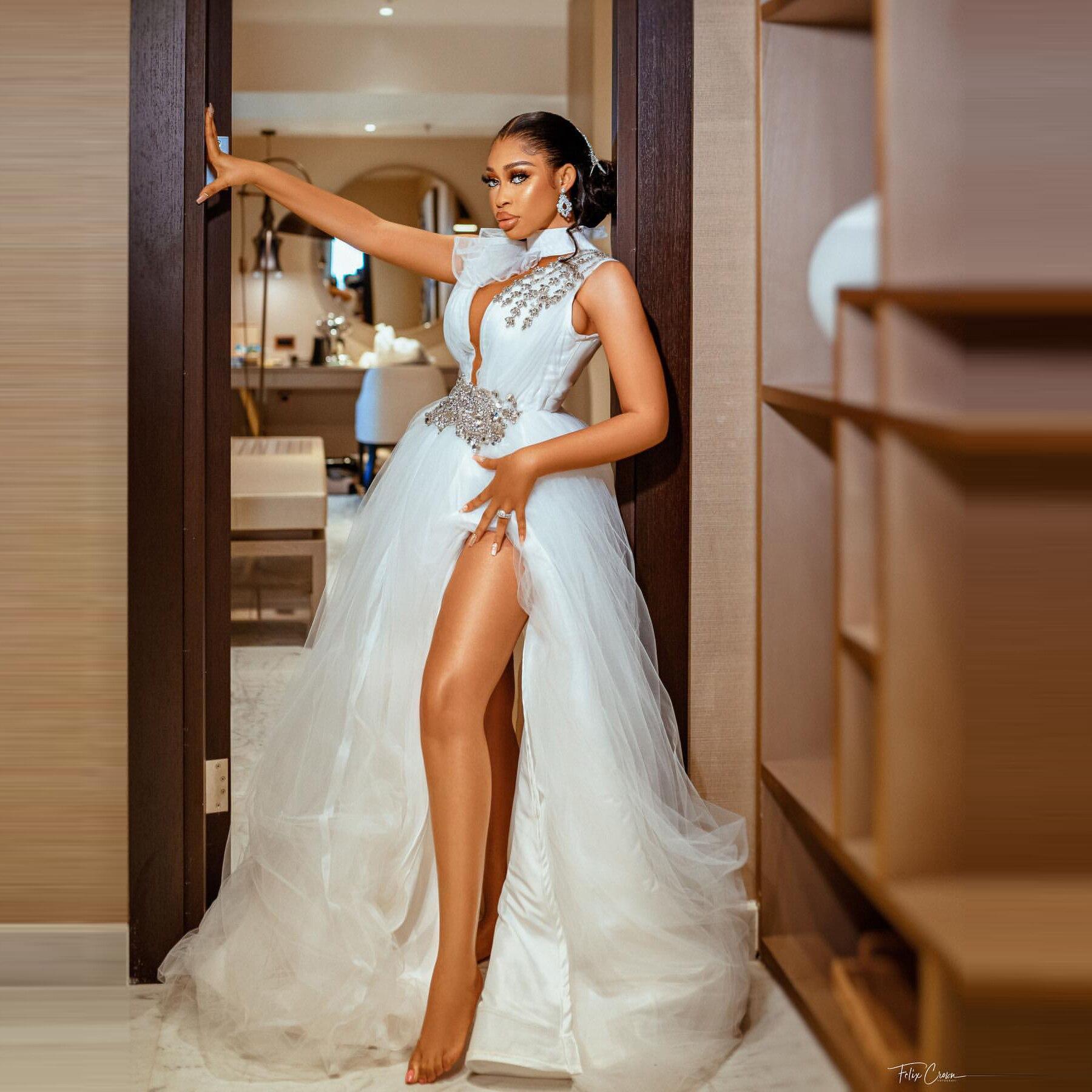 فساتين زفاف مثيرة الرسن العميق الخامس الرقبة بلورات بلا أكمام اضافية منتفخ الكرة ثوب عالية شق فساتين الزفاف الزفاف