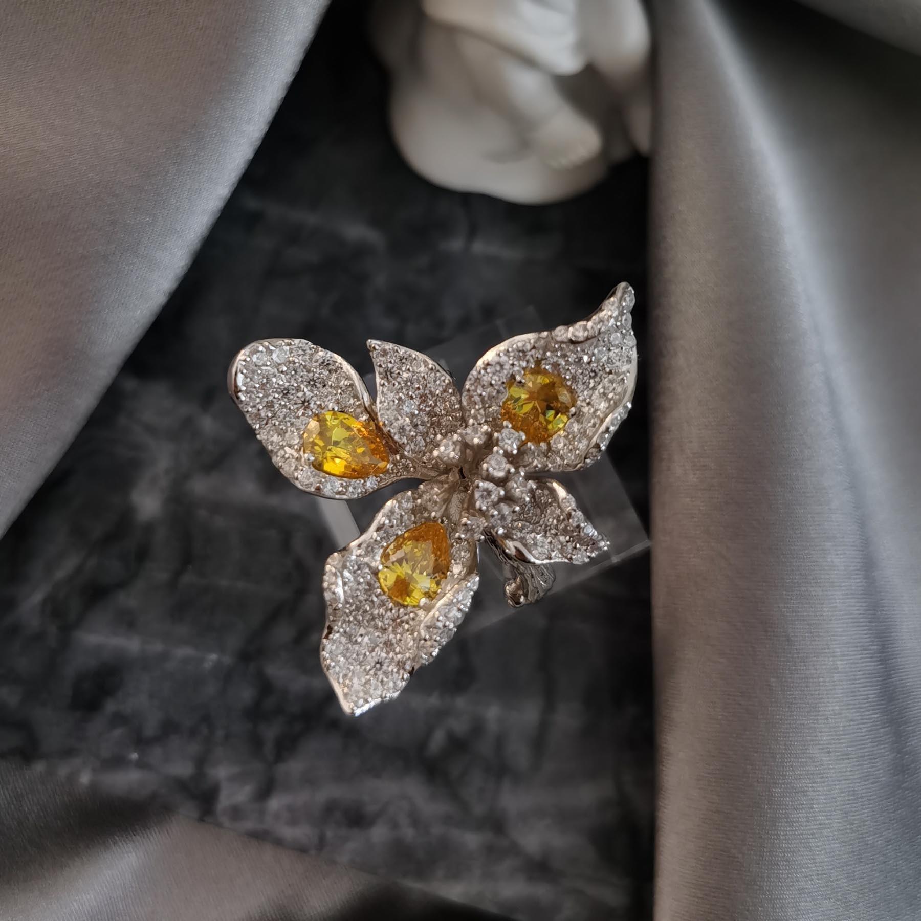 Женское-кольцо-с-жемчугом-и-кристаллами