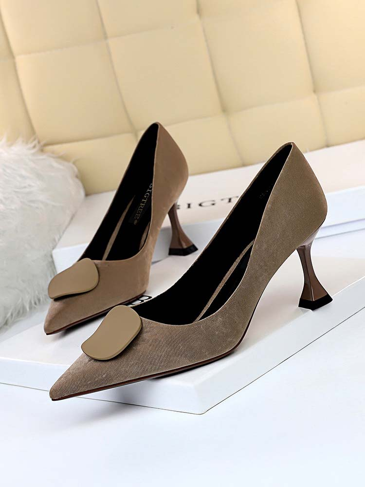 Однотонная замшевая обувь с круглым носком и пряжкой в старинном стиле; Легкая пикантная тонкая обувь с острым носком