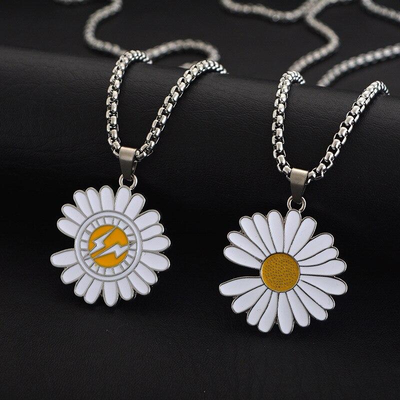 Collar de moda de Margarita pequeña para hombres y mujeres, colgante de flores de acero titanio, accesorios de uniformes escolares, gran oferta
