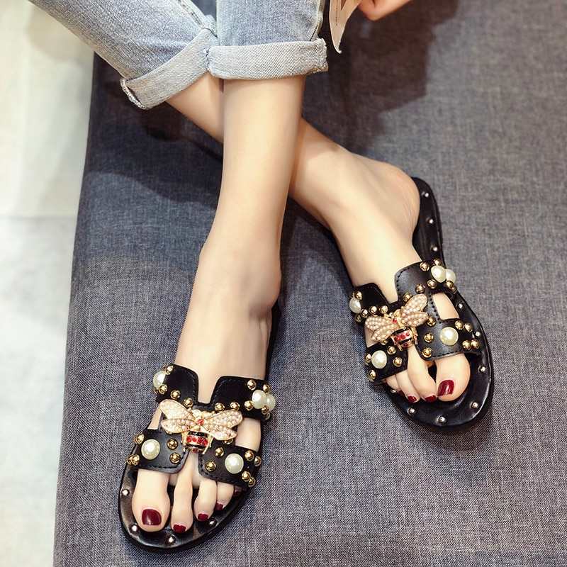 Sandalias planas de moda para mujer, sandalias deslizantes con tachuelas de perlas en H para mujer, sandalias con adorno de abejas metálicas de Corea de la calle, sandalias femeninas
