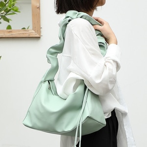 2020 Spring and Summer Luxury Design Pleated Armpit Bag  Totes Shoulder Handbag Underarm Bag Half Moon Dumpling Bag Women Bag
