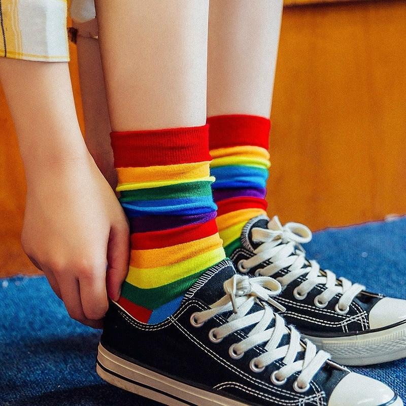 Mulheres elasticidade suor meias doces cor arco-íris listrado casual meias