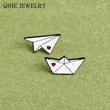 Origami juego Pin blanco brillo Origami avión y barco solapa pines dibujos animados infancia broches para Mujeres Hombres regalo divertido insignia