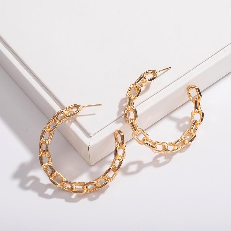 Moda nuevo diseño C palabra anillo de oreja temperamento de cadena de metal contratado se merece actuar el papel de pendientes de perno