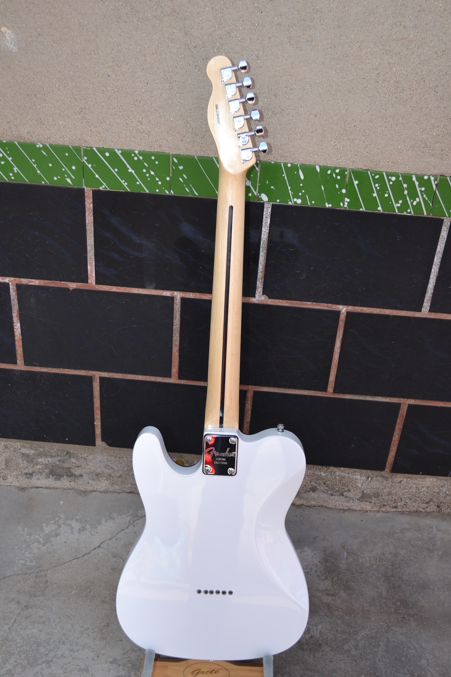 Factory wholesale classic 6 string electric guitar, pure white body, red armor panel, free delivery enlarge