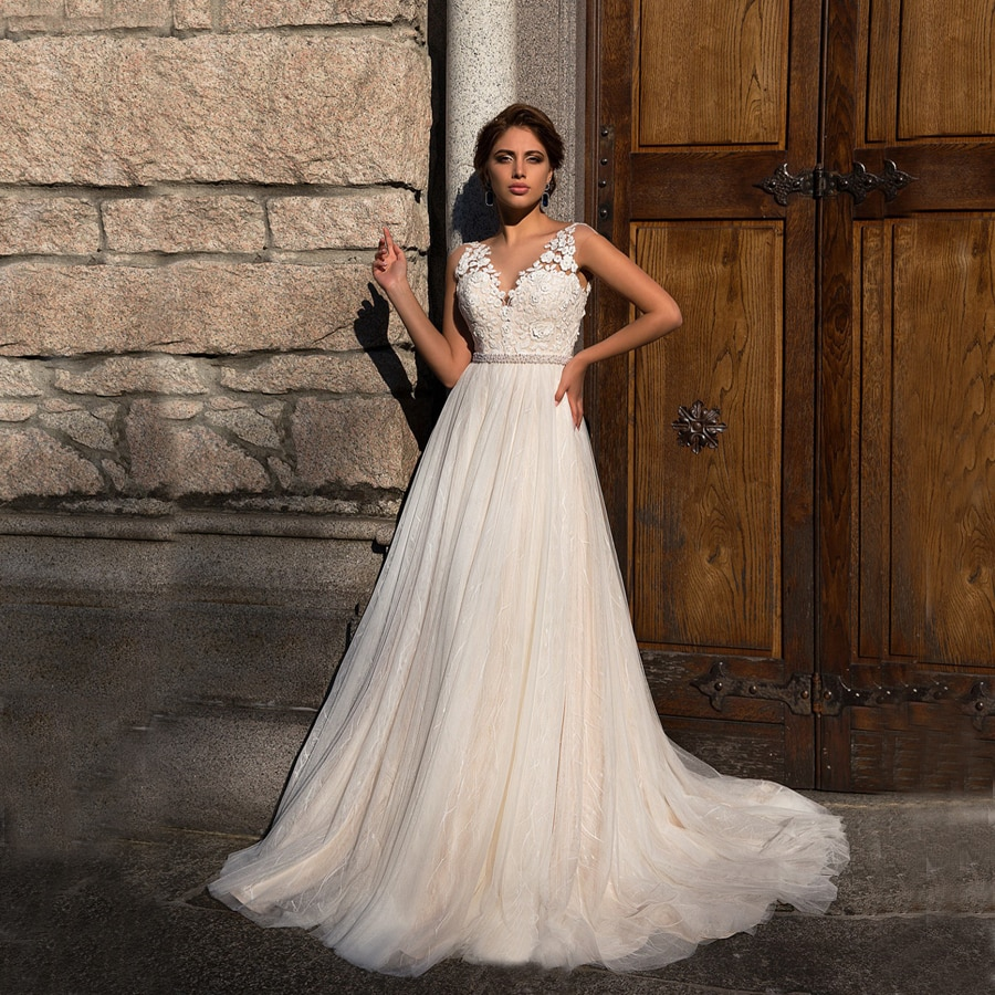 فستان زفاف من الدانتيل, فستان زفاف من الدانتيل التول برقبة على شكل حرف v بدون أكمام مزين بحزام مزين بالورود مقاس كبير