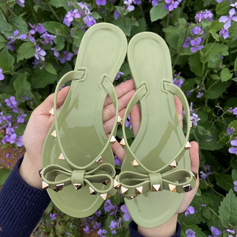 المسامير Bowknot الصنادل الصيف امرأة شاطئ الوجه يتخبط هلام الأحذية البلاستيكية الشرائح الفتيات الصنادل الانزلاق على شقة مع النساء ترصيع النعال