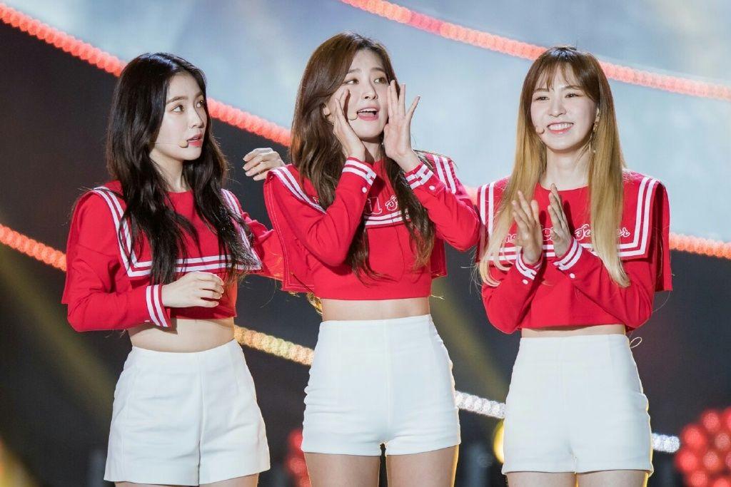 Kpop الأحمر المخملية الإناث مرحلة الأداء الأحمر قمم تي شيرت الكورية الرقص المشجع دعوى النساء الجاز مثير الهيب هوب السراويل ضئيلة مجموعات