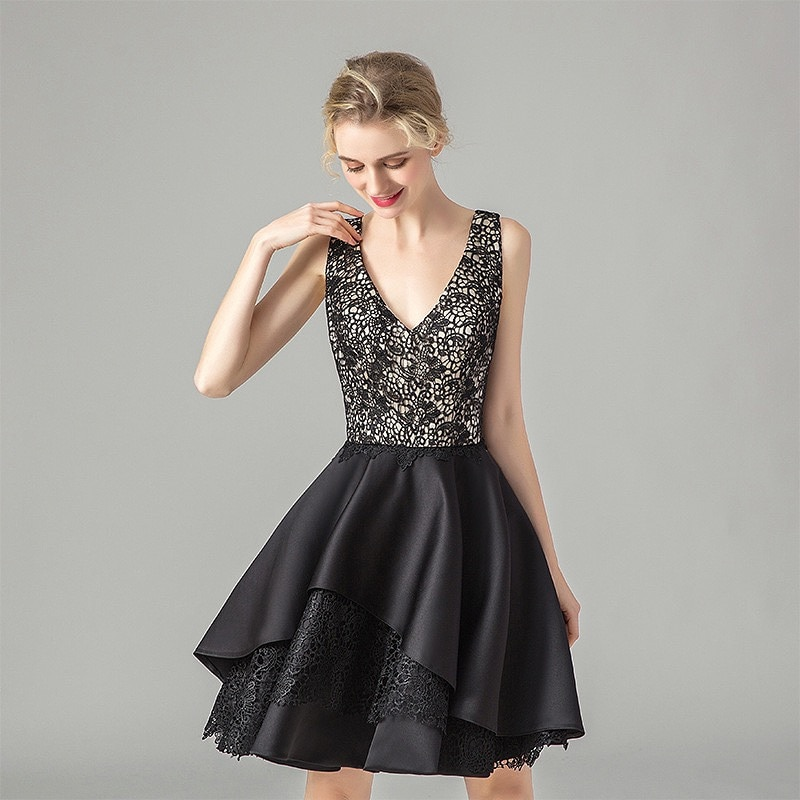 فستان كوكتيل ساتان أسود ، طول الركبة ، بلا أكمام ، رقبة على شكل v ، مثير ، خط a ، دانتيل ، حفلة ، حفلة ، 2021 ، موضة جديدة