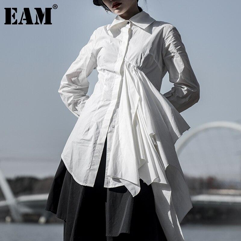 [EAM] بلوزة نسائية بيضاء غير متماثلة مكشكشة جديدة ذات أكمام طويلة فضفاضة تناسب قميص موضة ربيع خريف 2021 1DD6192