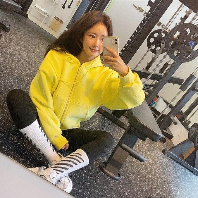 سترة رياضية مخملية بغطاء للرأس, سترة رياضية بطابع شرق كوري باللونين الأصفر والأبيض