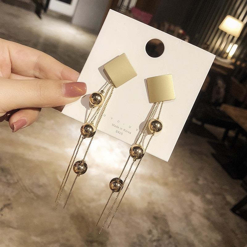 Pendientes largos de diseño Vintage elegantes con cuentas de metal de color dorado para mujer
