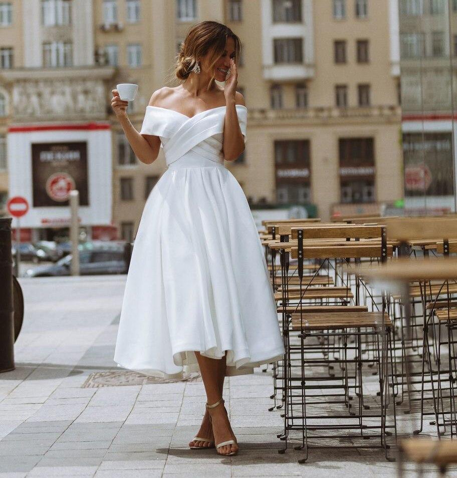 أبيض ساتان فستان الزفاف 2021 بسيط قبالة الكتف الشاي طول العروس فساتين الشاطئ ثوب زفاف قصير حجم كبير