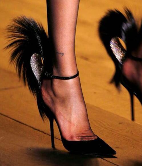 حذاء نسائي أسود لامع من الجلد الكريستالي ، حذاء من الريش الماسي ، مقدمة مدببة ، حزام بإبزيم ضحل ، كعب رفيع ، مجموعة جديدة