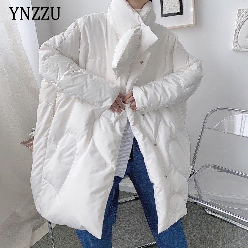 سترة هاراجوكو الشتوية لعام 2021 فضفاضة ودافئة كبيرة الحجم وياقة وشاح معطف طويل موضة أنثوية للزوجين ملابس خارجية من YNZZU 1O061