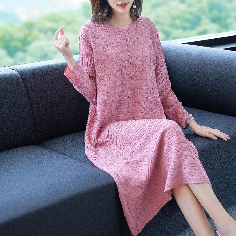 Vestido de talla grande para otoño 2019 nuevo vestido plisado Miyake con escote en V de manga larga de Color sólido suelto de alta calidad