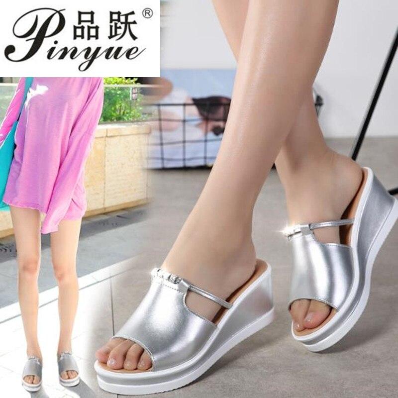 Женские сандалии с открытым носком, элегантные кожаные сандалии на танкетке, с кристаллами, серебристые, 2020
