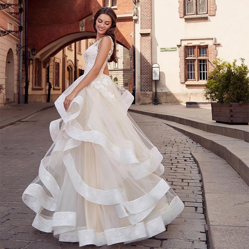 Luxury A-Line Wedding Dresses Sleeveless Backless Lace Applique Charming Gowns Delicate Layered Glitter Ruffle vestidos de novia