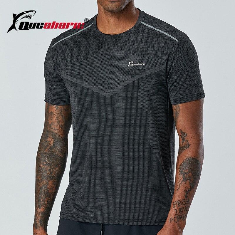 Camiseta para correr de hombre QUESHARK de verano, camiseta transpirable de secado rápido para gimnasio, camiseta reflectante de cuello redondo para entrenamiento de Maratón
