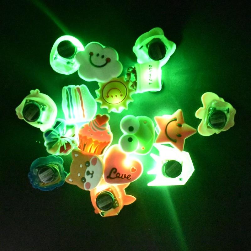 100 Uds. Decoración de zapatos LED brillante variada al azar con botones impresos para zuecos mula accesorio de pulsera de iluminación