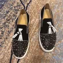 Роскошные модные дизайнерские свадебные туфли для мужчин, черного цвета с бахромой; С заклепками; Мужская обувь на плоской подошве Вечерние...