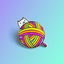 Stricken Katze Harte Emaille Pin Mode Cartoons Regenbogen Farbe Ball von Garn Medaille Kawaii Weiß Kitty Brosche Geschenk für Katzen liebhaber