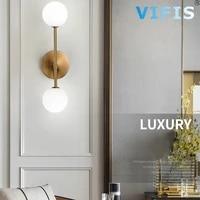 Applique murale doree au design moderne  avec 2 ampoules G9  en verre laiteux  forme boule ronde  ideal pour une table de chevet  mur Led
