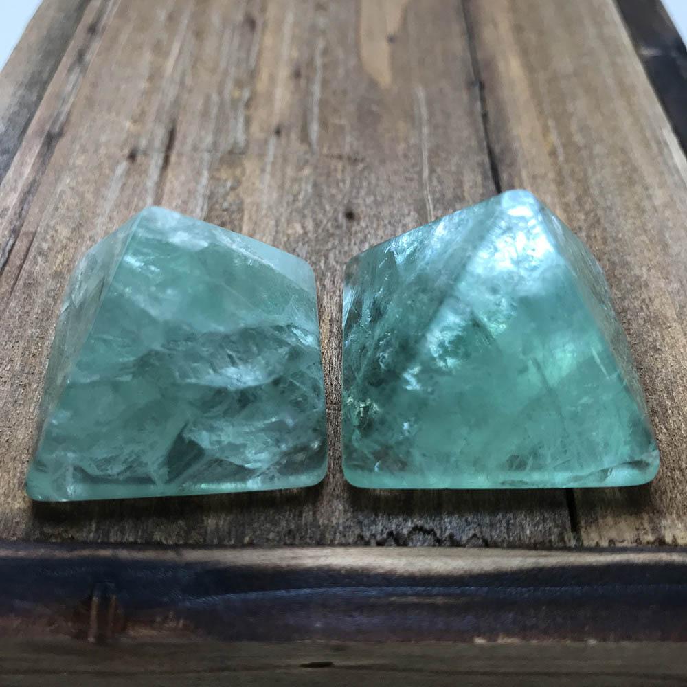 Alta Calidad 30mm verde fluorita pirámide forma piedra hecha a mano y pulida para regalo y decoración del hogar WT