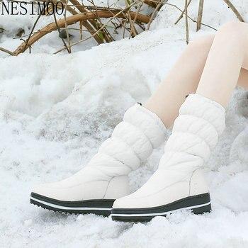 Повседневные зимние сапоги NESIMOO 2021 с круглым носком, пуховые зимние сапоги из искусственной кожи на каблуке, сохраняющие тепло сапоги до середины икры, большие размеры 35-43