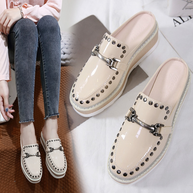 Mulher cunhas chinelos plataforma rebite mules dedo do pé fechado sapatos de metal decoração saltos slides mocassins de couro patente zapatos mujer
