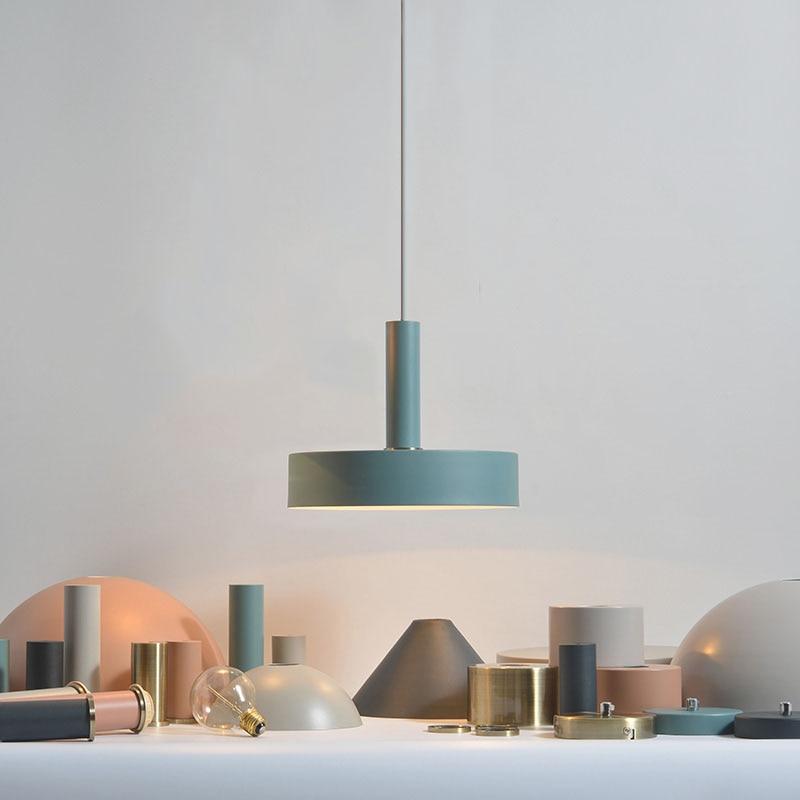 مصباح السقف المعلق على الطراز الاسكندنافي ، التصميم الإبداعي والبسيط ، مثالي للمطعم أو البار.