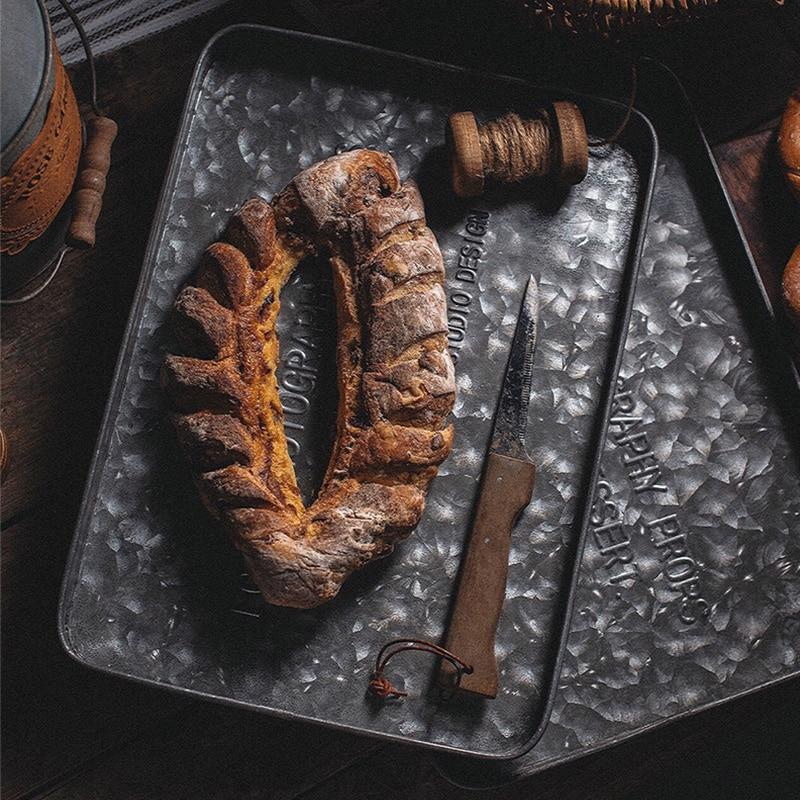 صينية تقديم مستطيلة من الحديد والزنك ، أطباق حلويات عتيقة بأحرف إنجليزية ، كعكة ، خبز ، دعائم تصوير