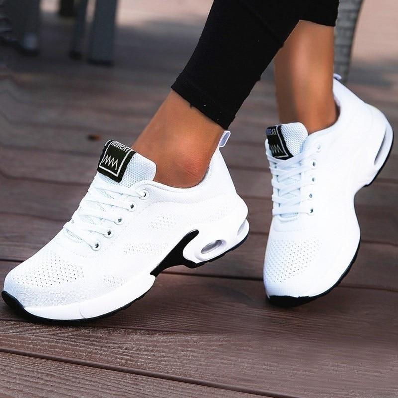النساء خفيفة الوزن أحذية رياضية وسادة هوائية السيدات المدربين الأبيض أحذية تنس منصة عادية شقة أحذية رياضية تنفس شبكة الراحة