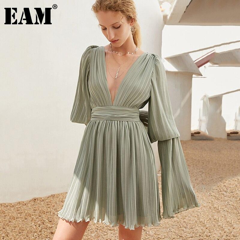 [EAM] فستان نسائي أخضر بني مثير بطيات جديد بياقة على شكل V وأكمام طويلة مضيئة ومناسب للموضة لفصل الربيع والخريف 2021 1DD8041
