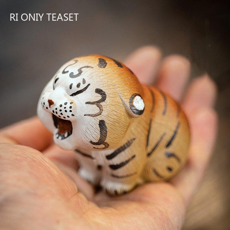 الصينية ييشينغ اليدوية النحت الأرجواني الطين الشاي الحيوانات الأليفة جميل صغير تمثال نمر الحلي الشاي تمثال الحرف الديكور