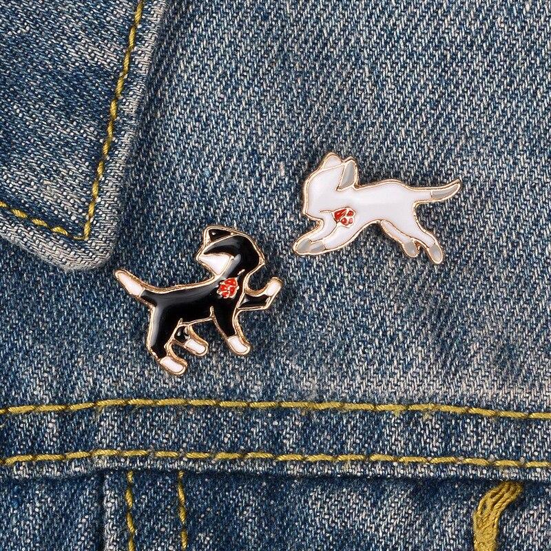 Desenhos animados emblemas harajuku bonito preto branco gato broches para as mulheres gato vestindo flor esmalte pino jóias roupas mochila bugigangas