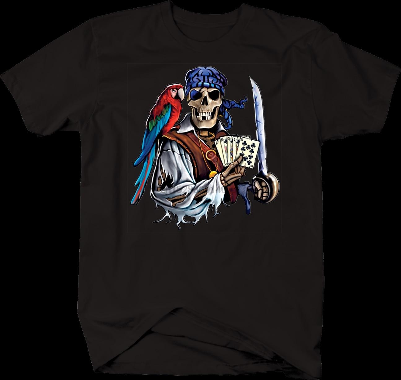 Pirata skelton segurando cartas de jogo e espada papagaio ouro tshirt