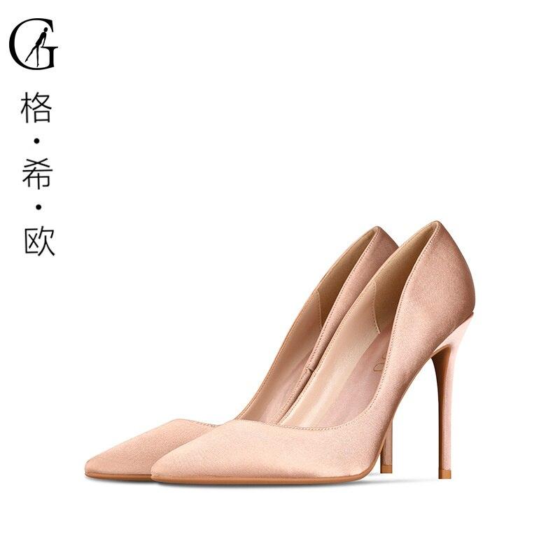 حذاء زفاف حريري جديد في الربيع